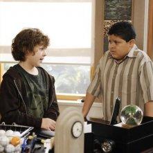 Nolan Gould e Rico Rodriguez in una scena dell'episodio The Kiss di Modern Family