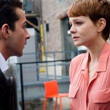 Shia LaBeouf con e Carey Mulligan in un'immagine del film Wall Street 2: Money Never Sleeps