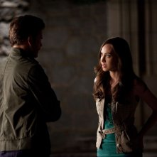 Matthew Davis (di spalle) e Courtney Ford nell'episodio Bad Moon Rising di Vampire Diaries