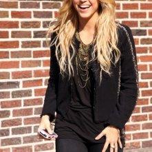 Shakira sorridente, fuori dal The Late Show