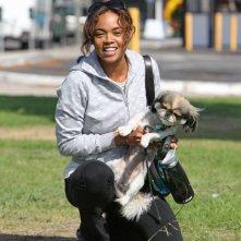 Sharon Leal il suo cane in un parco di Los Angeles