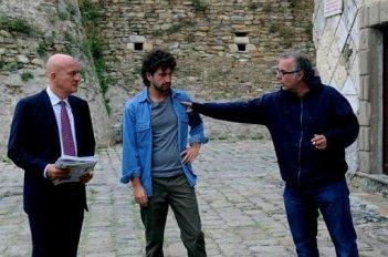 Alessandro Siani e Claudio Bisio con il regista Luca Miniero sul set di Benvenuti al Sud (2009)