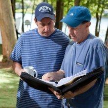 Adam Sandler e il regista Dennis Dugan sul set del film Un weekend da bamboccioni