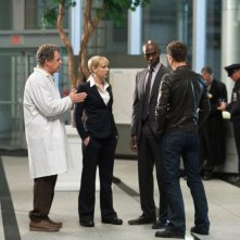 John Noble, Anna Torv, Lance Reddick e Joshua Jackson nell'episodio Do Shapeshifters Dream of Electric Sheep? di Fringe