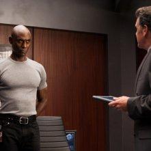 John Noble e Lance Reddick nell'episodio The Plateau di Fringe