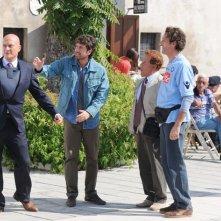 Claudio Bisio con Alessandro Siani, Nando Paone e Giacomo Rizzo nel film Benvenuti al Sud