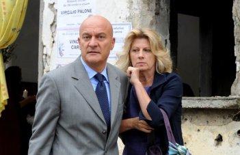 Claudio Bisio e Angela Finocchiaro, marito e moglie per il film Benvenuti al Sud (2009)