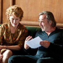 Geraldine James con il regista Nigel Cole sul set del film We Want Sex