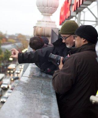 Il regista David Fincher durante le riprese del suo The Social Network