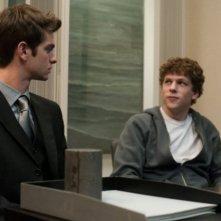 Jesse Eisenberg insieme ad Andrew Garfield nel film The Social Network