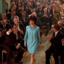 Sally Hawkins cammina circondata da un folto pubblico maschile in We Want Sex