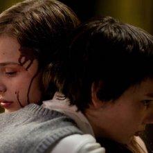 Tenero abbraccio tra Chloe Moretz e Kodi Smit-McPhee nel film Let Me In