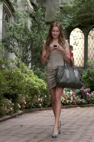 Juliet (Katie Cassidy) guarda il telefonino in una scena dell'episodio The Undergraduates di Gossip Girl