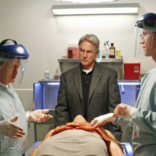 David McCallum, Mark Harmon e Brian Dietzen esaminano un corpo in Short Fuse di NCIS: Unità Anticrimine