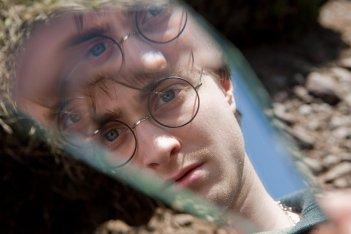 Il riflesso di Daniel Radcliffe in una scena del film Harry Potter e i Doni della Morte - parte 1