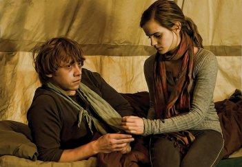 Ron (Rupert Grint) ed Ermione (Emma Watson) nel film Harry Potter e i Doni della Morte - parte 1
