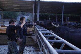 Edoardo De Angelis con Ferran Paredes Rubio sul set di Mozzarella Stories