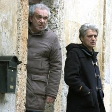 Gianni Cavina e Fabrizio Bentivoglio in una scena del film Una sconfinata giovinezza