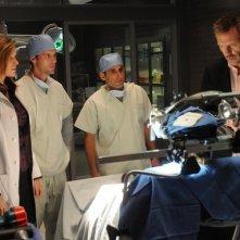 Hugh Laurie con il suo team nell'episodio Massage Therapy di Dr House: Medical Division