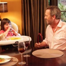 Hugh Laurie con la piccola Rachel nell'episodio Massage Therapy di Dr House: Medical Division