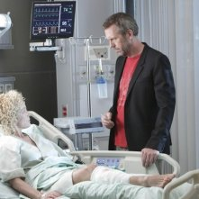 Hugh Laurie e Amy Irving nell'episodio Unwritten di Dr House: Medical Division