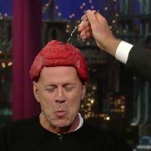 David Letterman assaggia il parrucchino 'al sangue' di Bruce Willis durante una puntata del suo show.