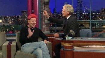 David Letterman assaggia il parrucchino di carne di Bruce Willis durante una puntata del suo show.