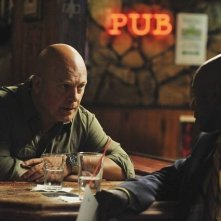 Michael Chiklis e Romany Malco nell'episodio No Ordinary Vigilante di No Ordinary Family