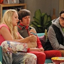 Simon Helberg, Johnny Galecki e Kaley Cuoco nell'episodio The Zazzy Substitution di The Big Bang Theory