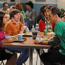 Simon Helberg, Kunal Nayyar, Johnny Galecki e Jim Parsons con Mayim Bialik nell'episodio The Zazzy Substitution di The Big Bang Theory