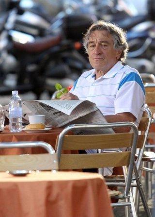 Robert De Niro seduto al tavolino di un bar sul set di Manuale d'Amore 3