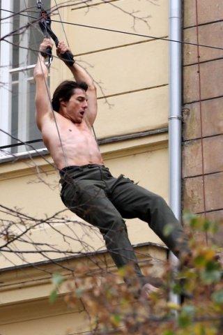 Tom Cruise a torso nudo sul set di Mission: Impossible 4