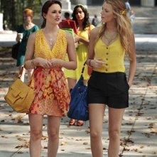 Leighton Meester e Blake Lively seguite da Melissa Fumero in Goodbye Columbia di Gossip Girl
