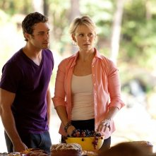 Mason (Taylor Kinney) parla con Liz (Marguerite MacIntyre) in: Kill Or Be Killed di The Vampire Diaries
