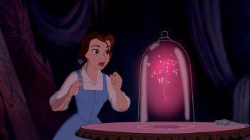 Belle con la rosa magica in una scena del film d'animazione La bella e la bestia del 1991