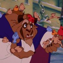 La Bestia in una tenera scena del film d'animazione La bella e la bestia della Walt Disney Pictures