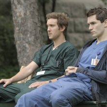 Sam Huntington e Sam Witwer in una delle prime immagini del remake di Being Human