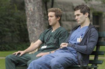 Sam Huntington e Sam Witwer in una delle prime immagini del remake di Being Human