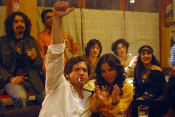 Edgar Ramirez (al centro) nel film Carlos di Olivier Assayas.