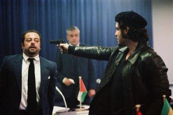Edgar Ramirez (con la pistola) in una sequenza del film Carlos di Olivier Assayas.