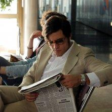 Edgar Ramirez legge il giornale in una sequenza del film Carlos di Olivier Assayas.