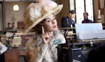La bella  Louise Bourgoin nel film Adele e l'enigma del faraone