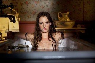 Louise Bourgoin, nei panni di un'eroina moderna nel film Adele e l'enigma del faraone