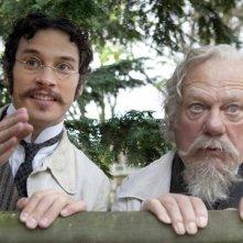 Philippe Nahon e Nicolas Giraud in una scena del film Adele e l'enigma del faraone