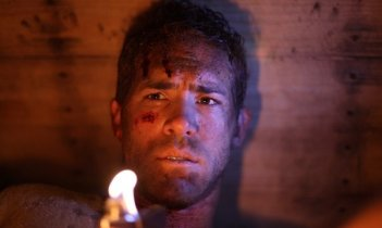 Primo piano di Ryan Reynolds dal thriller Buried