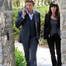 Simon Baker e Robin Tunney in una scena dell'episodio Pink Channel Suit di The Mentalist