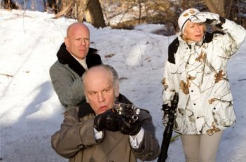 Bruce Willis, John Malkovich ed Helen Mirren in una scena del film Red