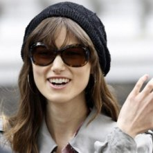 Keira Knightley sorride sul set di London Boulevard