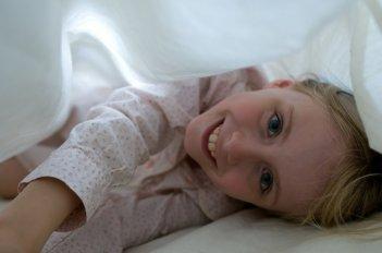 La piccola Mélusine Mayance in una scena del film Elle s'appelait Sarah