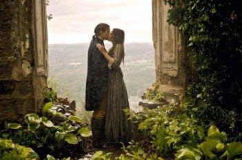 Miriam Stein e Alexander Fehling in una scena romantica del film Goethe!
